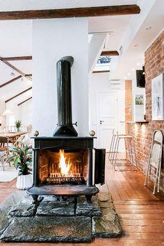 într-un duplex de 108 m Home Fireplace, Fireplace Design, Wood Stove Hearth, Sweet Home, Photo Deco, Freestanding Fireplace, Pinterest Home, Log Burner, Feng Shui