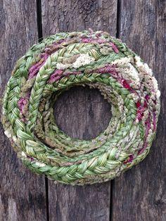 Dieser Kranz hat eine Styropor-Basis und ist mit geflochtenen Reed Mace, getrocknetes Gras und verschiedene getrocknete Blumen.  Externer