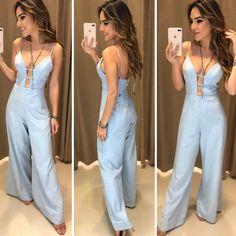 Macacão Jeans Decote Maxi  Compras pelo site: www.estacaodamodastore.com.br . Whatsapp Site: (45)99953-3696 - Thalyta . Ou em nossas lojas físicas de Santa Terezinha de Itaipu e Medianeira - PR