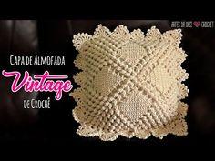 Na aula de hoje, você vai aprender a fazer uma linda Capa de Almofada de crochê com o Ponto Pipoca ~ Estilo Vintage ~ ❤Tamanho: 38x38 cm (sem contar o acabam... Filet Crochet, Knit Crochet, Crochet Hats, Crochet Cushions, Crochet Pillow, Crochet Designs, Crochet Patterns, Motifs Granny Square, Crochet Home Decor