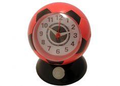 SVEGLIA PALLA LUCE ROSSO/NERI. Orologio sveglia da tavolo in plastica a forma di palla da calcio di colore rosso-nero con luce per vedere anche al buio l'ora. Alimentata a batterie on incluse.