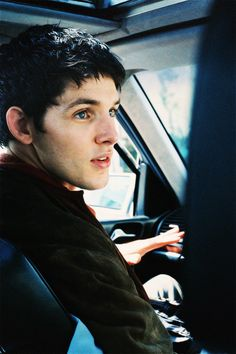 Colin Morgan in a car in his merlin clothes Merlin Show, Merlin Series, Merlin Fandom, Merlin Cast, Colin Bradley, Bradley James, Catherine Tate, Drama, Doctor Who