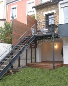 Photo DT108 - ESCA'DROIT®. Escalier droit extérieur design en métal et bois d'accès à une terrasse pour une maison contemporaine. Vue 2 Stairs And Doors, Building Extension, Garden Stairs, Outdoor Stairs, Back Gardens, Tiny House, Beautiful Homes, Entrance, Architecture Design