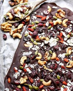 I bring you my SUPER simple and easy to make chocolate bark recipe using Golji power! You only need ingredients: Chocolates, nuts, and/or dried fruit of your choice Fruit Recipes, Candy Recipes, Sweet Recipes, Dessert Recipes, Desserts, Chocolate Bark, Vegan Chocolate, Chocolate Recipes, Making Chocolate