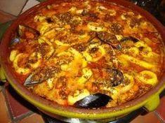 ZARZUELA (Pour 4 P : 4 darnes de cabillaud (2 cm d'épaisseur), 1 queue de lotte, 12 gambas, 8 langoustines, 1 L de moules, 1 kg de lamelles d'encornet) (PICADA : 2 tranches de pain, 10 amandes entières pelées, 1 gousse d'ail, persil) (SOFRITO : 2 oignons, farine, 1 gousse d'ail, piment doux, 20 cl d'eau + 2 c à c de fumet de poisson, 1/2 verre de cognac, 1 verre de vin blanc, 1 sachet de safran, 1 bol de coulis de tomate, sel/poivre)