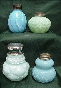Milk glass salt and pepper shakers Fenton Glass, Glass Ceramic, Vintage Dishes, Vintage Pyrex, Vintage Kitchen, Vintage Items, Antique Glassware, Salt And Pepper Set, Turquoise Glass