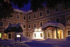 El acceso principal al hotel Santa Cristina tras una copiosa nevada (SCHPA)