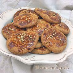 Estas galletas de miel y sésamo apenas llevan azúcar, todo el sabor dulce lo aporta la miel. Resultan doradas y crujientes, con mucho sabor.