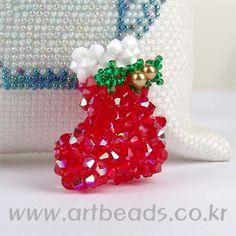 Aquí comparto algunos proyectos para navidad con perlas, cuentas, abalorios, etc. PESEBRE CON MOSTACILLAS ARETES O PENDIENTES ARBOL...