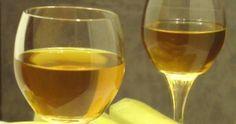 Ένα από τα πιο εύκολα στην παρασκευή λικεράκια σας κερνάμε σήμερα!  Θυμάστε το λικέρ φράουλα  που το φτιάχνουμε σε 4-5 ημέρες?  Με τον ίδιο... White Wine, Red Wine, Homemade Wine, Limoncello, Greek Recipes, Alcoholic Drinks, Dessert Recipes, Glass, Food