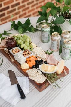 Cheese board ideas for a party Diy Jewelry Stand, Snack Bowls, Broccoli Recipes, Charcuterie Board, Party Snacks, Wine Recipes, Food Inspiration, Appetizers, Yummy Food