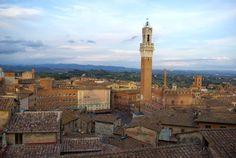 """Italia 11Centro histórico de Siena  Siena es la encarnación de la ciudad medieval por excelencia. Tras proyectar su rivalidad con Florencia en el plano urbanístico, sus habitantes persiguieron a lo largo de los siglos la realización de un """"sueño gótico"""" y supieron conservar el aspecto que había cobrado su ciudad entre los siglos XII y XV."""