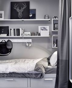 IKEA Deutschland | Regale und Haken, u. a. EKBY JÄRPEN Wandregal weiß/Aluminium bewahren über einem BRIMNES Bett Bücher, Kisten und Co auf. http://www.ikea.com/de/de/catalog/products/S69002469/ #Teenagerzimmer #Jugendzimmer #grau #Dekoration #Teenagerzimmerinspiration