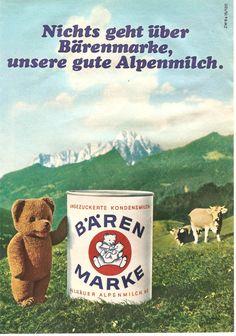 """Eine der bekanntesten Werbefiguren (wie in dieser Reklame von 1968) war der Bär von Bärenmarke Alpenmilch. Fröhlich wanderte er über die Allgäuer Alpen und war der beste Freund von Kühen und Familien. Den Jingle """"Nichts geht über Bärenmarke, Bärenmarke zum Kaffee!"""" konnte damals jedes Kind mitsingen."""