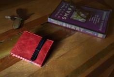 Billetera de cuero hecha a mano con innovación en diseño. Diseñada por un grupo de diseñadores emergentes de BFO y fabricada por talentosos talabarteros chilenos de tradición.  El diseño considera un cierre de cuero, que funciona como seguro para evitar la caída de elementos desde la billetera.  Cada billetera se vende dentro de una caja de madera.