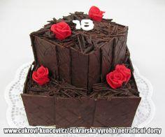 čokoládový dort patrový  čtverec obložený čokoládovými plátky