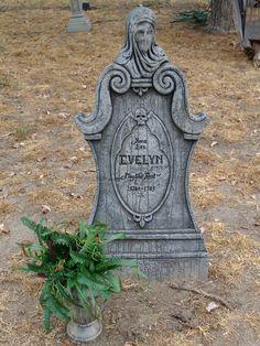 A new gravestone for Halloween Prop, Halloween Tombstones, Halloween Graveyard, Halloween 2016, Diy Halloween Decorations, Halloween Crafts, Haunted Graveyard, Tombstone Designs, Barbie Theme