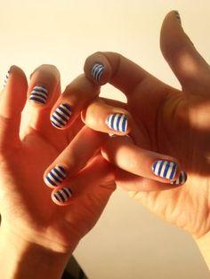 Hello la #manucure du lundi ! En photo : les ongles à rayures de Julia (vernis blanc Chantilly Lace de L'Oréal, vernis Bleu Electrique d'Innoxa) ! A vos votes !