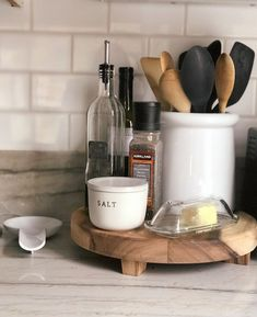 How to Turn a Cluttered Kitchen into a Clutter-Free Space - try these 5 habits to take your kitchen from cluttered to organized and clutter-free - coral your most used items on your counter Source by kimsfivethings decor countertop Farmhouse Style Kitchen, Modern Farmhouse Kitchens, New Kitchen, Kitchen Small, Country Farmhouse, Country Kitchen, Farmhouse Decor, Kitchen Countertop Decor, Kitchen Decor