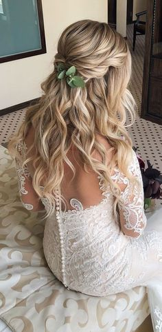 Having a rustic wedding theme? And a bit confused on what hairstyle you should go with your rustic wedding–then look no further. We've rounded up. wedding hair half up 43 Gorgeous Half Up Half Down Hairstyles That Perfect For A Rustic Wedding Wedding Hairstyles Half Up Half Down, Wedding Hairstyles For Long Hair, Wedding Hair And Makeup, Gorgeous Hairstyles, Boho Wedding Hair Half Up, Bridal Hair Half Up With Veil, Half Up Half Down Bridal Hair, Rustic Wedding Hairstyles, Long Hair Wedding Styles