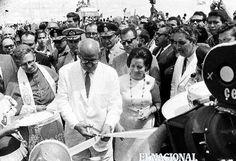 Leoni, Menca de Leoni y Sucre Figuerella, durante la inauguración del puente de Angostura sobre el río Orinoco . 07-01-1967.  (CESAR TRUJILLO / ARCHIVO EL NACIONAL)
