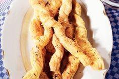 Kaasstengels - Recept - Allerhande: 6 plakjes roomboterbladerdeeg (diepvries) 3 el olijfolie 1 tl gedroogde tijm 175 g geraspte kaas