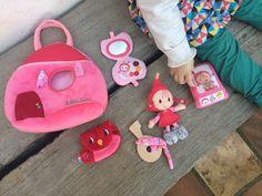 Lilliputiens es una marca de juguetes para bebés perfecta para desarrollar su imaginación. El bolso de Caperucita Roja es perfecto para imitar mamá.