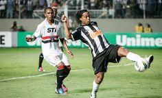 Ronaldinho brilha e ajuda Atlético a vencer o São Paulo