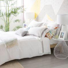 camas vestidas por completo con s banas blancas de estilo. Black Bedroom Furniture Sets. Home Design Ideas