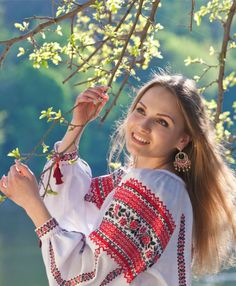 Your girlfriend is Ukrainian? Read how to build a happy family with her! How to win a heart of Ukrainian girl? How to choose your sexy Ukraine Looking for your Ukraine girl? Ukraine Women, Ukraine Girls, Polish Embroidery, Ethno Style, Costumes Around The World, Folk Fashion, Russian Fashion, Club Outfits, Traditional Dresses