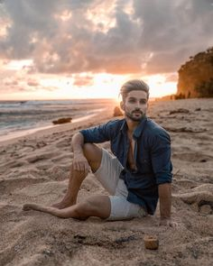 Beach Photography Poses, Portrait Photography Men, Beach Portraits, Pool Poses, Beach Poses, Beach Picture Poses, Beach Shoot, Male Models Poses, Male Poses