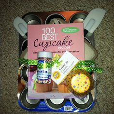 Picture Inspiration: Cupcake gift basket as a housewarming gift. Cupcake Gift Baskets, Homemade Gift Baskets, Diy Gift Baskets, Gift Hampers, Homemade Gifts, Craft Gifts, Diy Gifts, Creative Gifts, Unique Gifts
