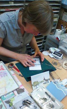 In dit blogbericht zie je hoe Marjolein stap-voor-stap een kaart stempelde met een kerkje en een boom. Flip Cards, Card Making Tutorials, Photo Tutorial, Cardmaking, Fantasy Art, Stampin Up, Stencils, Diy And Crafts, Mixed Media