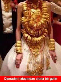 Chinese wedding,just show people how many gold she has. Funny Laugh, Funny Happy, Funny Shit, Funny Cartoons, Funny Comics, Turkish Wedding, Fun Brain, Best Memes Ever, Funny Faces