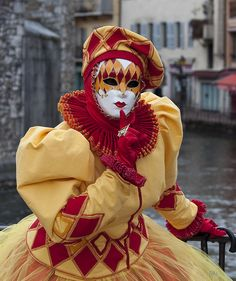 *hush* outstanding dress and hat red and gold/yellow encouraging cosmos Venetian Carnival Masks, Carnival Of Venice, Fancy Costumes, Carnival Costumes, Anastasia, Drama Masks, Costume Venitien, Venice Mask, Masquerade Ball