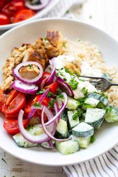 Griechische Hähnchen-Tzatziki Bowl. Dieses schnelle Rezept ist herrlich würzig, sättigend und geht immer! - Kochkarussell.com #bowl #hähnchen #rezept #schnellundeinfach