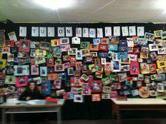 """""""I tu on llegeixes?"""" (abril 2013).   Mural de l'escola Antoni Botey basat en una idea original de l'Helena, mestra de biblioteca de l'escola Pere de Tera. Cada família ha fet i guarnit la foto dels seus fills en el seu racó de lectura: sols, amb el papa i la mama, amb la mascota, al llit, al balcó... Participació plena de les famílies i foment de la lectura tot alhora. Tot això a Badalona, al barri de Llefià. #família #lectura #Badalona #Antoni Botey"""