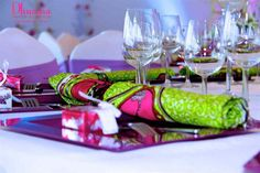 Green wedding decoration, purple and loincloth by African catering Dhuama South African Wedding Dress, African Wedding Theme, African Theme, South African Weddings, Green Wedding Decorations, Wedding Reception Centerpieces, Party Centerpieces, Decoration Restaurant, African Traditional Wedding