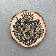 Rodaja de madera con un dibujo original de un sagrado corazón tatuajes estilo