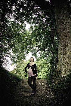 Fotografen laver gravidfotos i naturen og i fotostudiet.