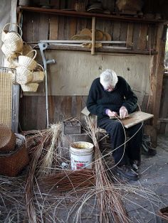 Proceso de tejido del mimbre en Chimbarongo, Chile. People Of The World, Our World, Latin America, South America, Craft Markets, I Want To Travel, Through The Looking Glass, Bolivia, Weaving