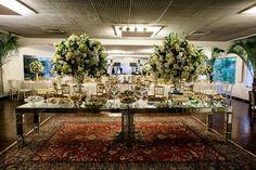 Mesa de doces clássica com decoração branca e dourada