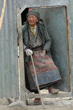The aunt of answer door/Tibet Tribes Of The World, People Around The World, Real Women, Old Women, Mongolian Desert, Costume Ethnique, Touch Of Gray, Tibetan Buddhism, Photographs Of People