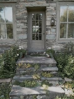 stone and sedum, the perfect welcome Cottage or hotel Outdoor Tub, Outdoor Gardens, Grey Houses, Stone Houses, Stone Cottages, Country Cottages, Interior Exterior, Exterior Design, Exterior Paint