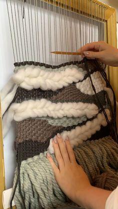 Weaving Loom Diy, Weaving Art, Weaving Patterns, Macrame Patterns, Tapestry Weaving, Macrame Wall Hanging Diy, Weaving Wall Hanging, Macrame Art, Macrame Design