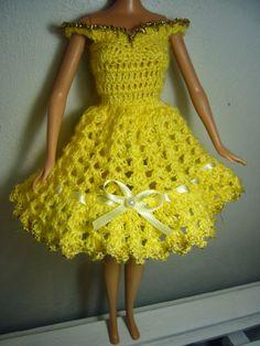 Barbie in yellow Crochet Doll Dress, Crochet Barbie Clothes, Knitted Dolls, Barbie Knitting Patterns, Barbie Clothes Patterns, Barbie Dress, Barbie Doll, Dress Making, Short Dresses
