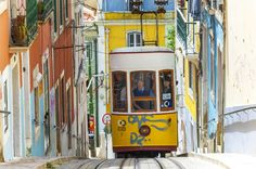 Herzlich, weltoffen und ganz entspannt: So empfängt Lissabon seine Besucher. Selbst im Winter verwöhnt die portugiesische Hauptstadt mit frühlingshaften Temperaturen und durchschnittlich fünf Sonnenstunden pro Tag. Und die Nächte sind richtig heiß... Wir verraten, was Sie auf keinen Fall verpassen dürfen.