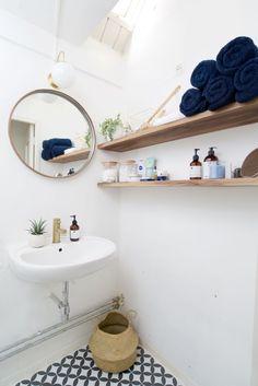 Badkamer inspiratie: patroon tegels, gouden kraan en noten planken!