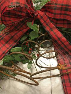 Christmas Decor for a Small Farmhouse Bedroom РCounty Road 407 - Sch̦nen Tag Guten Morgen Christmas Bedroom, Christmas Home, Christmas Wreaths, Christmas Decorations, Primitive Christmas, Rustic Christmas, Outdoor Christmas, Christmas Projects, Holiday Crafts