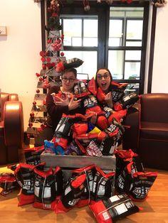 On croule sous une montagne de cochonneries !   Chips, liqueurs, palettes de chocolat : on en a en masse et pour tous les goûts ! Pas de gêne, venez-vous gâter et chercher un petit plaisir à déguster.  / Campagne Noël de Beez 2016